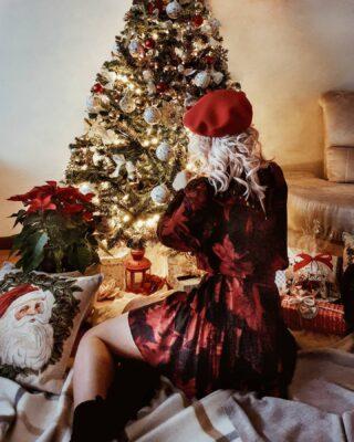Un Natale insolito, particolare, dove i baci e gli abbracci saranno a distanza e l'amore si trasmetterà guardandosi negli occhi e con il sorriso nascosto dietro la mascherina. ⠀ ⠀ È il Natale delle lucine, del poco sfarzo. È il Natale che ci dà la possibilità di cambiare, di essere diversi, di essere migliori o diventare migliori se lo vogliamo. ⠀ ⠀ È il Natale dei sentimenti contrastanti, ma non dei sogni svaniti. ⠀ ⠀ È il Natale delle parole, dove ognuna di queste avrà un maggiore peso specifico. ⠀ È il Natale 2020 che questa sera ci lasceremo alle spalle per essere migliori ed accorgerci di quanto le persone vicine abbiano un valore inestimabile ❤ Buon Natale ❄⠀ .⠀ .⠀ .⠀ .⠀ .⠀ .⠀ .⠀ .⠀ .⠀ #giadagalbignani #christmas #styleonmytable#foodstylist#tv_stilllife#cucinaitaliana#ilove_simplebeyond#vscoitaly#vscofood#cups_are_love#tv_living#hautecuisines#caffè #tastingtable#huffposttaste#onthetableproject#creative_flatlays#flatlay #tablesituation#don_in_cucina#colazioneitaliana#vogueliving#atavola#instabreakfast#creative_member#still_life_mood #tv_retro #stillography